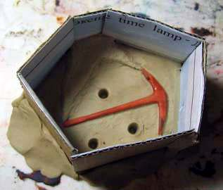 Мастер-модель утоплена на половину в пластилин